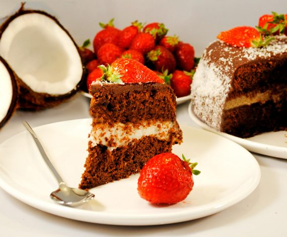 Torta al cacao con crema al cocco e copertura al cioccolato fondente e fragole