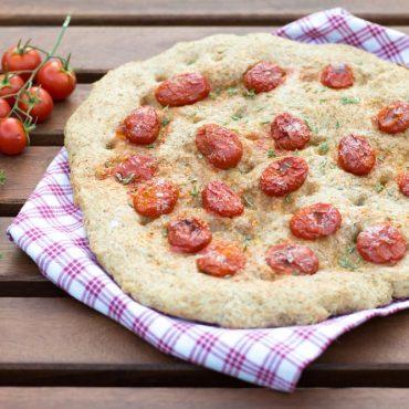 Focaccia integrale con pomodorini e timo