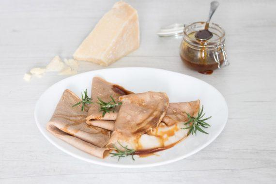 Crêpes con farina di castagne, fonduta di grana padano e miele