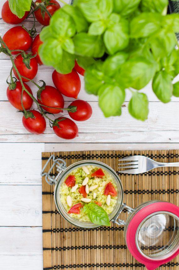 Vasetti di couscous al pesto e pomodorini