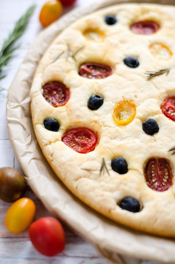 Focaccia gluten free senza impasto ai pomodorini e olive