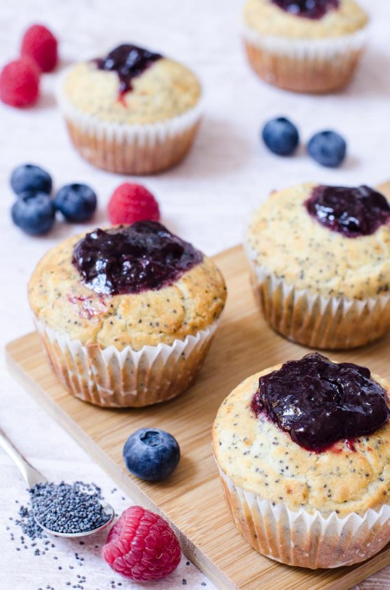 Muffin di riso con semi di papavero e frutti di bosco