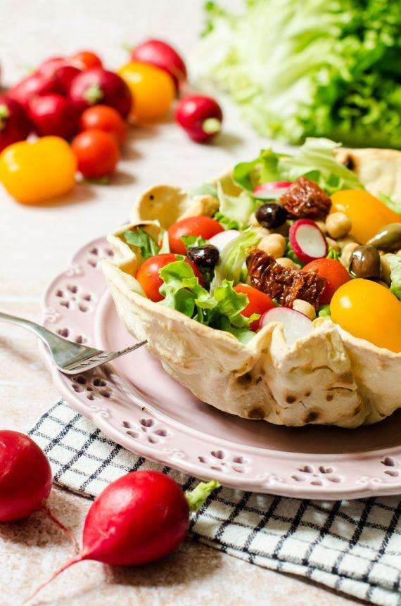 Cestini di piadina con insalata fredda
